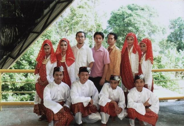 Bakal mempersembahkan tarian pertama mereka di Dewan Masyarakat Lundu sempena Hari Penyampaian Hadiah 2005