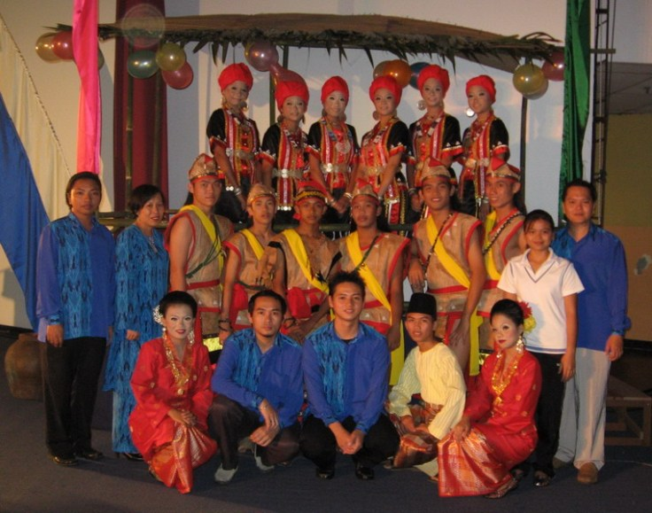 Sebahagian daripada penari-penari SMK Lundu