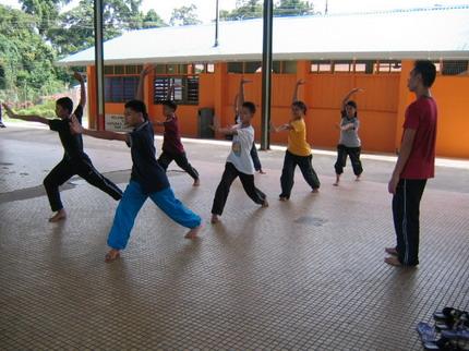 Penari senior, Jimmy, sedang melatih penari baru.
