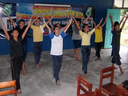 Berlatih tarian yang akan dibawa dengan berlatar belakangkan lagu-lagu patriotik