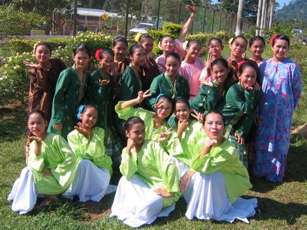 Sebahagian dari penari perempuan pose.