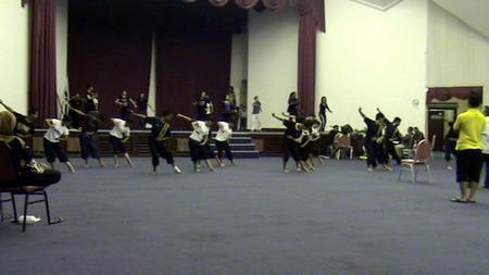 Latihan Beramai-ramai di Dewan Suarah Kuching. Di hadapan ialah Kumpulan ADG, di belakang ialah kumpulan Petra. Masig-masing bergilir membuat persembahan di hadapan pentas utama nanti.