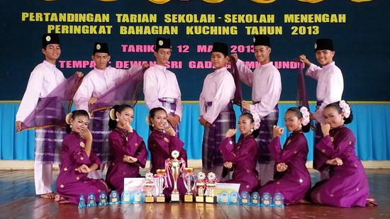 Penari-penari ADG SMK Lundu bersama-sama piala yang mereka menangi