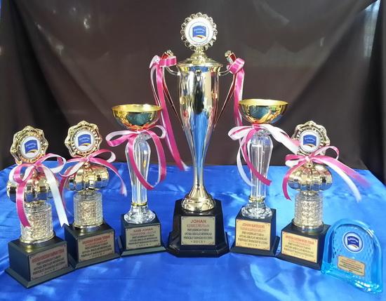 Piala Anugerah yang digondol oleh SMK Lundu
