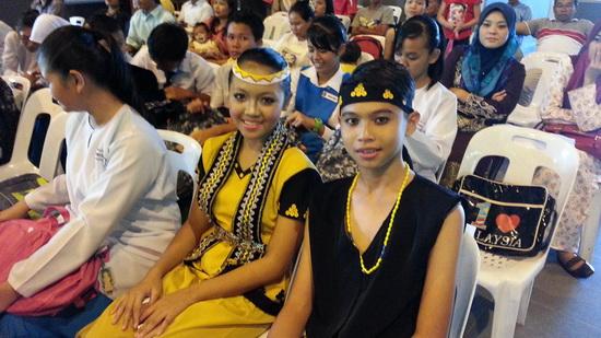 Dua dari tiga penari yang turut mendapat bantuan pada hari tersebut.