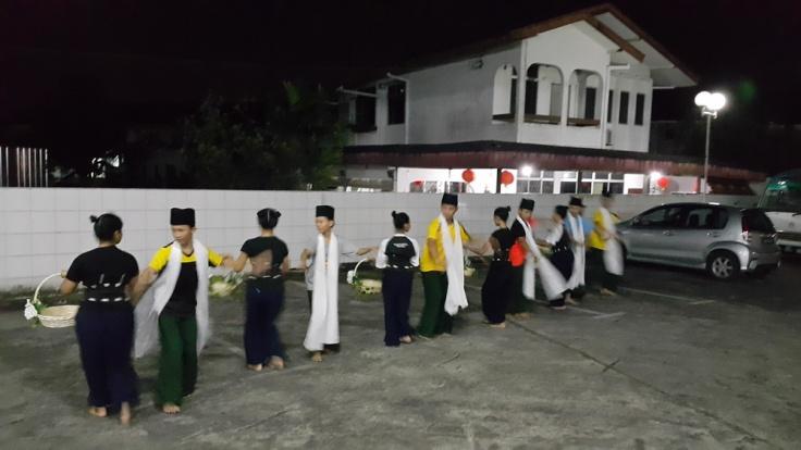 Berlatih di perkarangan tempat tinggal - Chonglin Plaza.
