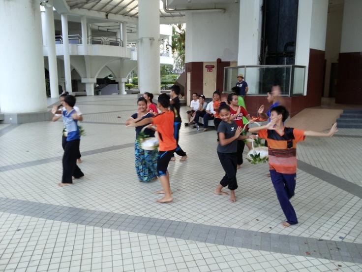 Berlatih di perkarangan Dewan Suarah Kuching