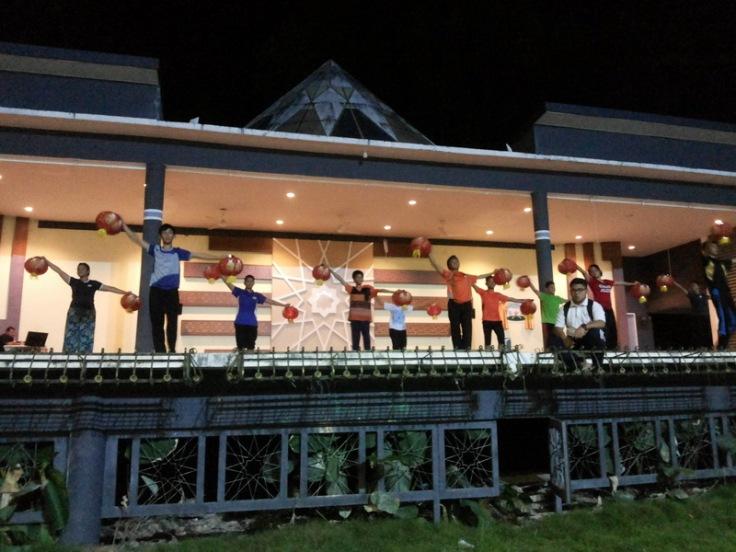 Berlatih di pentas terbuka Dewan Suarah Kuching